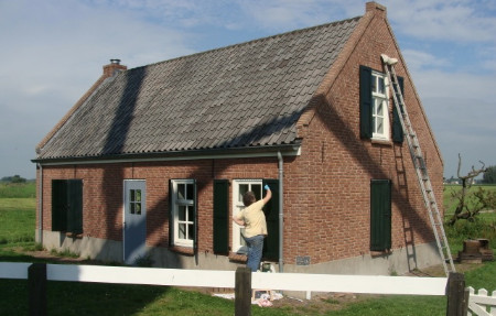 Mieke verft zomerhuis